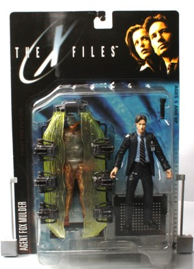 Agent Fox Mulder (suit & cryopod) UPC-787926161014 - Copy